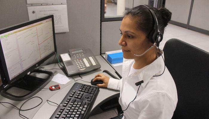 chica con auriculares contact center