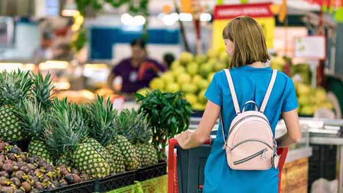 mujer en el supermercado con carrito