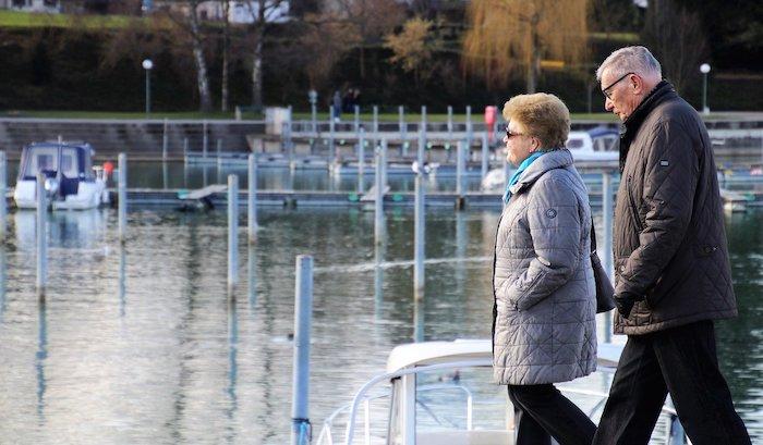 dos mayores pasean por un puerto