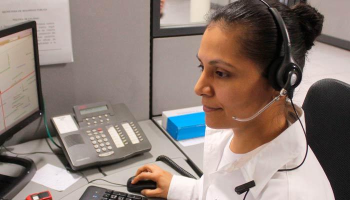 Mujer auriculares trabajando