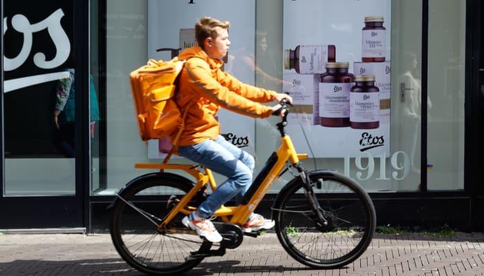 Riders repartiendo. economia plataforma