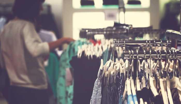 Trabajadora en comercio textil.