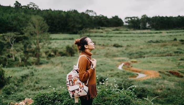 Imagen de mujer turista. Informe turismo CCOO