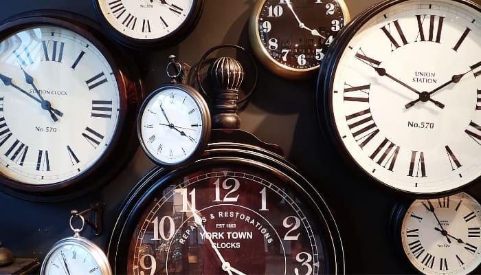 Relojes para ilustrar negociación sobre jornada laboral
