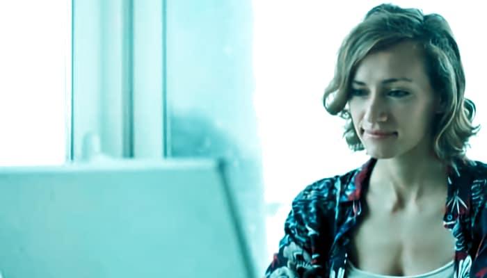 Mujer trabajando con ordenador.