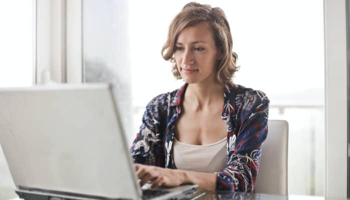 Mujer trabajando ilustra plan de igualdad en Caixabank