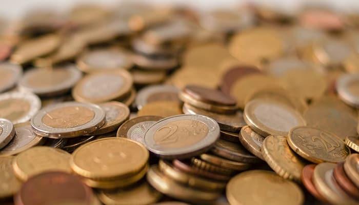 Monedas ilustran negociación salarial convenio colectivo de banca
