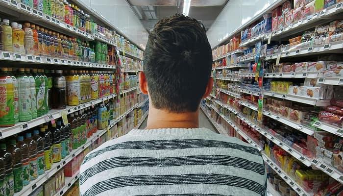 Comercio, supermercado y hombre comprando