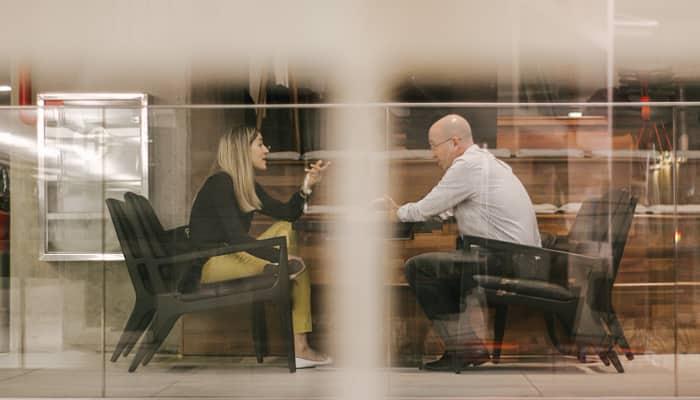 Mujer y hombre sentados- Iguladad