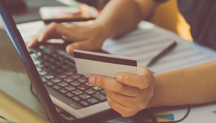 Comercio europeo. Imagen ordenador y tarjeta de crédito