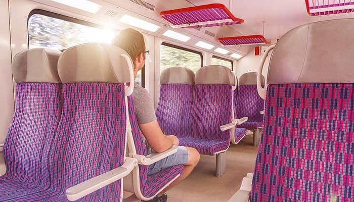 Viajero en tren. Viajes y desplazamientos en europa Covid