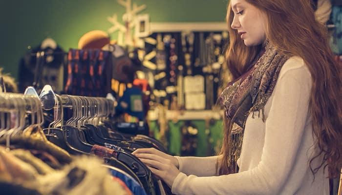 Clienta mirando ropa en Comercio