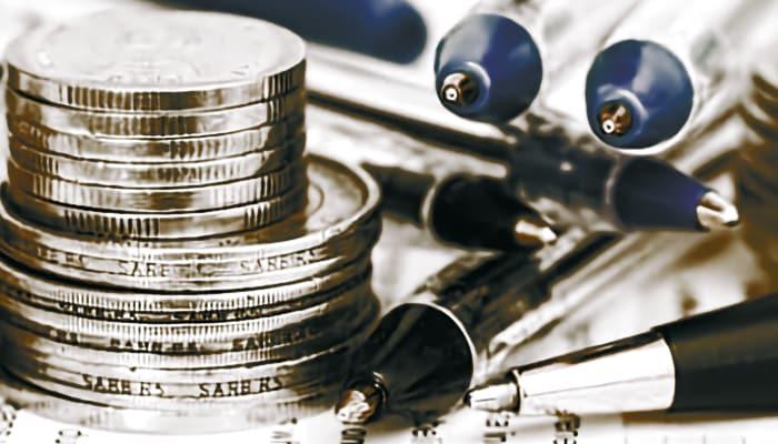 Bolígrafos en entorno entidad financiero, ahorro