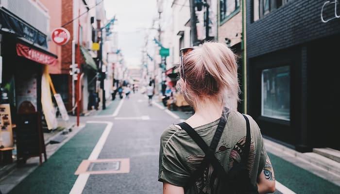 Mujer en calle ciudad