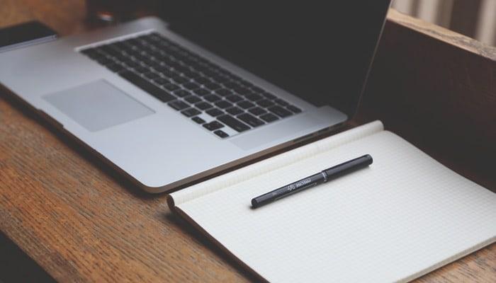 Oficna con ordenador personal y bloc de notas