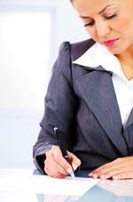 Trabajador firmando un documento