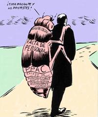 Hombre pasea con un descomunal insecto como mochila.