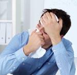 Trabajador joven con evidentes síntomas de gripe