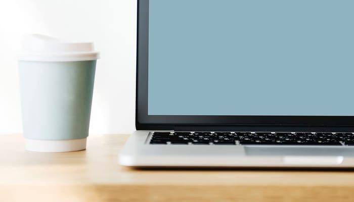Portatil y cafe- Trabajo Sector financiero, ahorro
