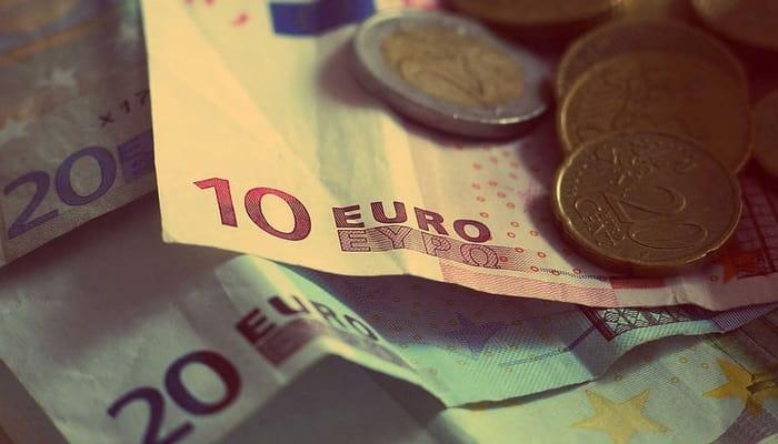 Euros monedas y billetes. Salario
