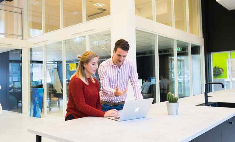 Hombre y mujer trabajando con laptop. Igualdad
