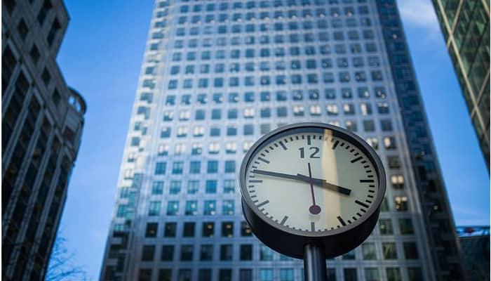 Reloj y edificio oficinas