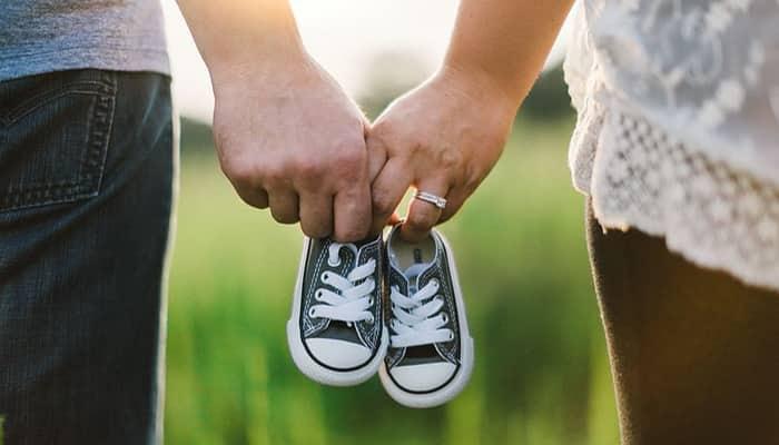 Zapato de bebé y padre y madre