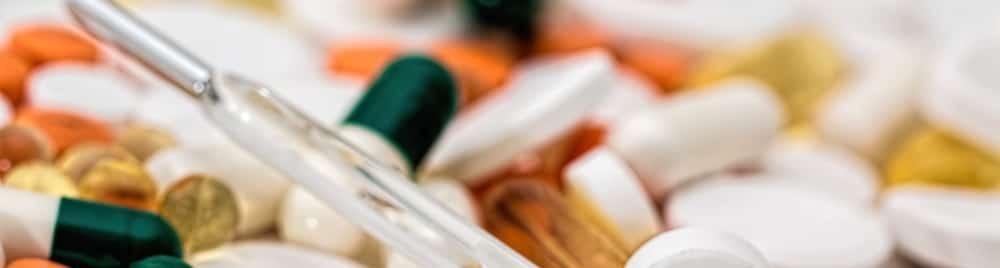 Termometro y medicinas. Salud, bajas laborales