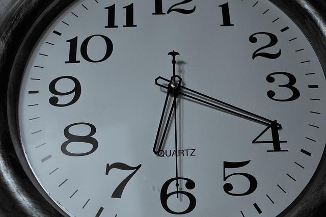 Reloj apuntando a la prolongación de jornada