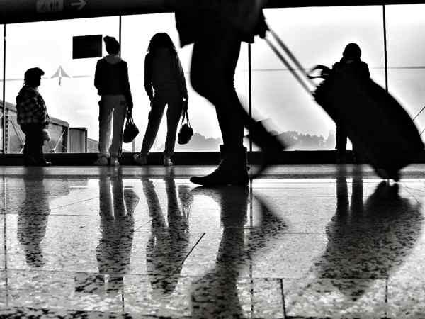 Viajero en aeropuerto